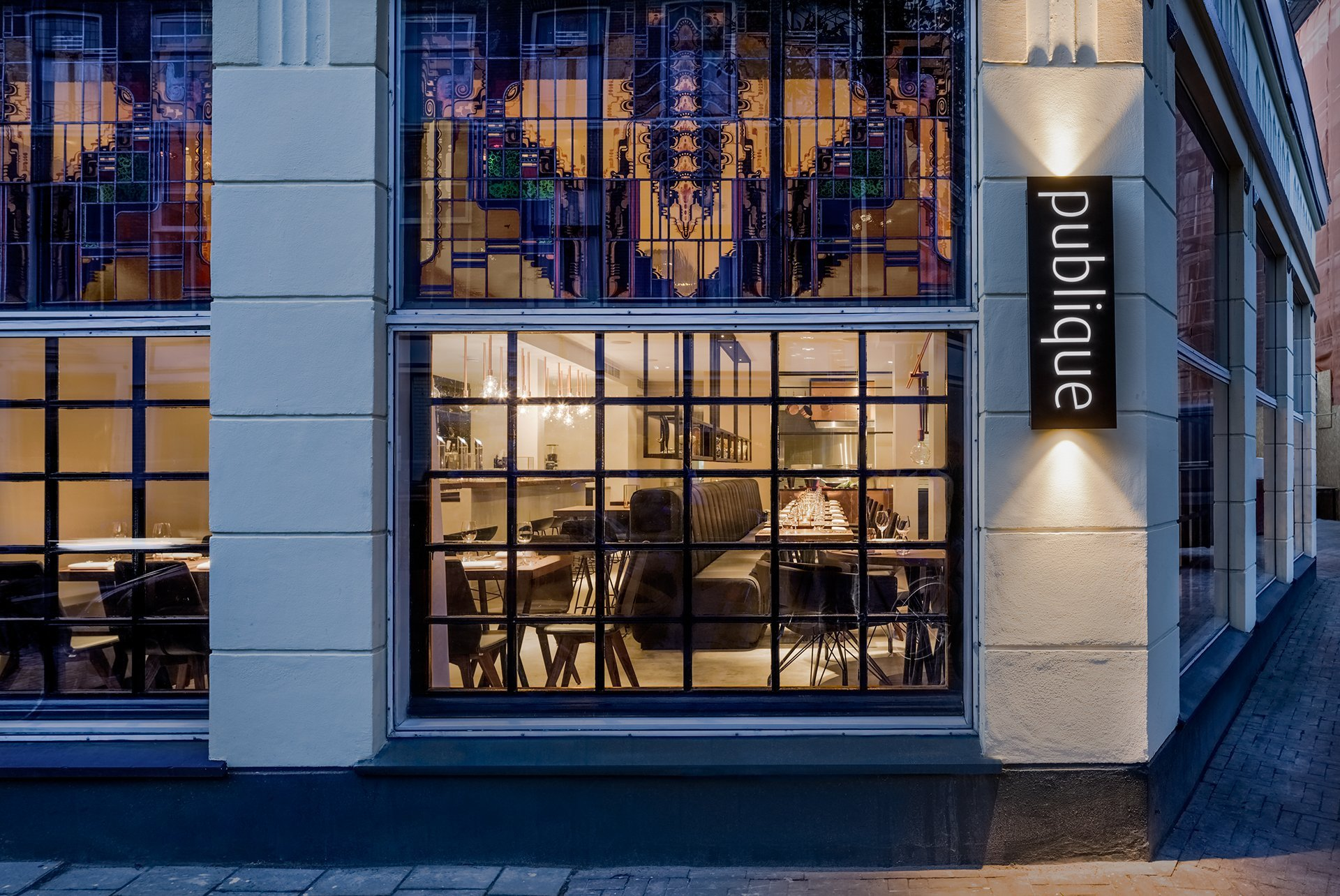 The concept is based on stained glass, with the copper colour reappearing throughout the restaurant design.